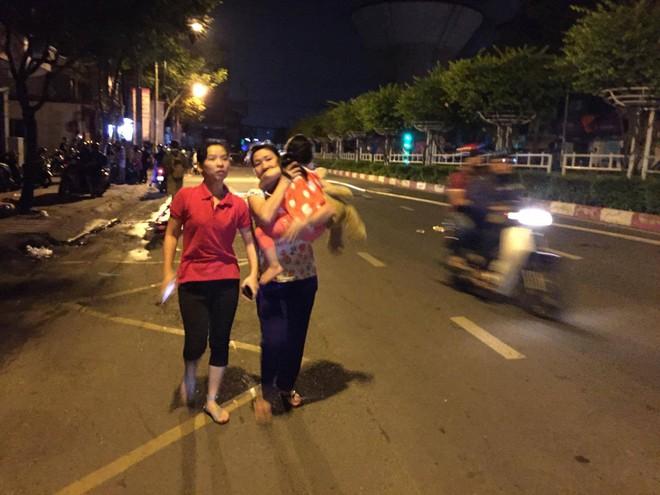 Vụ cháy nổ tại cảng Sài Gòn: Người già trẻ nhỏ hối hả ôm tài sản chạy ra ngoài, chờ dập lửa - Ảnh 3.