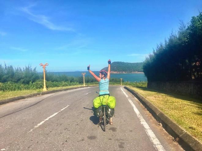 Nữ du khách nước ngoài đi xuyên Việt bị trộm mất xe đạp khi vừa đến Sài Gòn: Bật khóc vì quá sức chịu đựng - Ảnh 12.