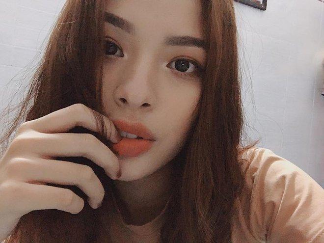 """4 cô nàng Việt sở hữu đôi môi dày mọng """"nhìn là muốn cắn"""" - Ảnh 7."""
