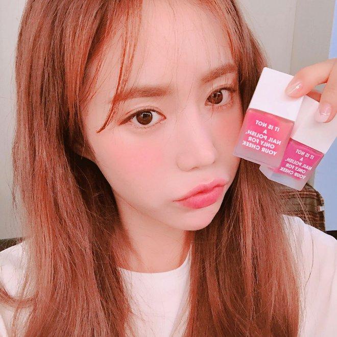 Vì sao má con gái Hàn luôn hây hây mướt rượt như thế? Câu trả lời chính là má hồng dạng sữa - Ảnh 3.
