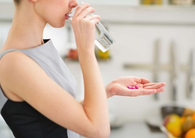5 sai lầm khi uống thuốc không chỉ khiến thuốc giảm tác dụng mà còn gây hại sức khỏe - Ảnh 1.