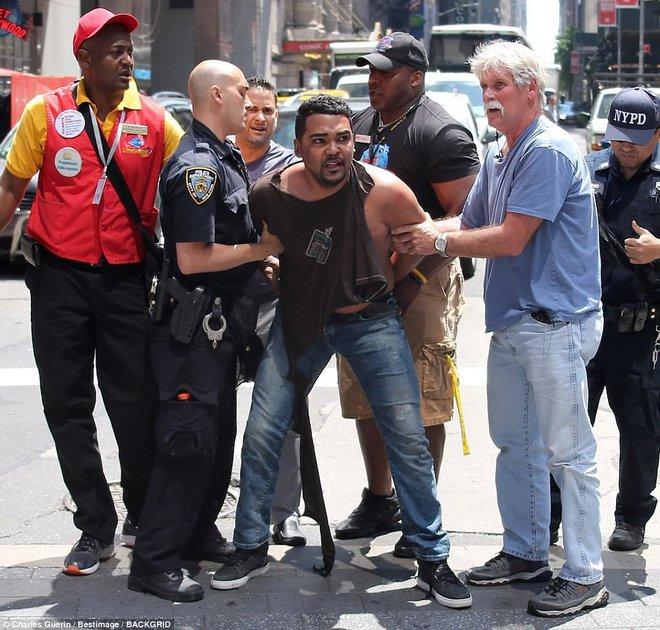 Nạn nhân nằm la liệt sau vụ xe điên lao vào đám đông ở Quảng trường Thời Đại - Ảnh 6.