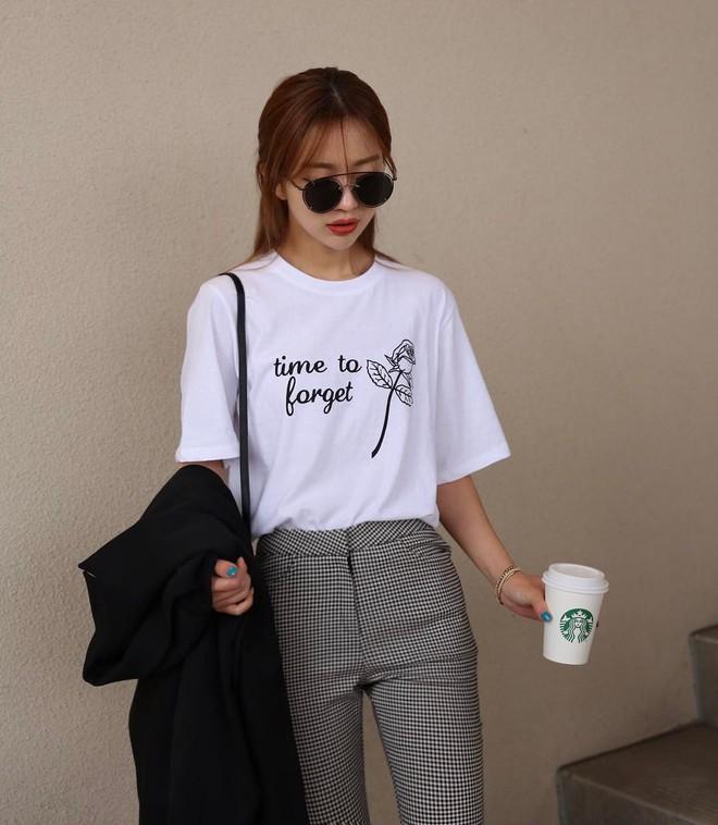 T-shirt với font chữ viết tay, món mới siêu hot đang được giới trẻ châu Á diện miết mải - Ảnh 2.