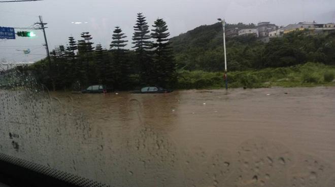 Người dân Đài Loan chật vật đối mặt với ngập úng khắp nơi bởi trận mưa lớn kỷ lục trong 17 năm qua 9