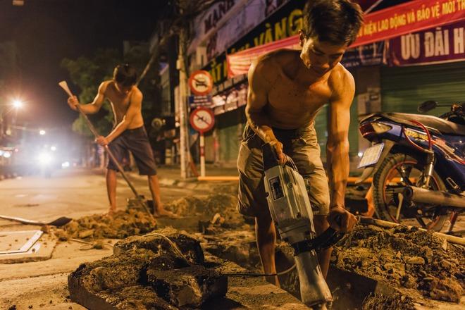 Chùm ảnh: Những công nhân miệt mài dưới lòng đất khi Sài Gòn chìm vào giấc ngủ - Ảnh 2.