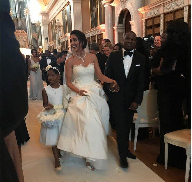 Đám cưới sang chảnh với 1 triệu bông hồng của con trai tỷ phú da màu giàu nhất thế giới - Ảnh 2