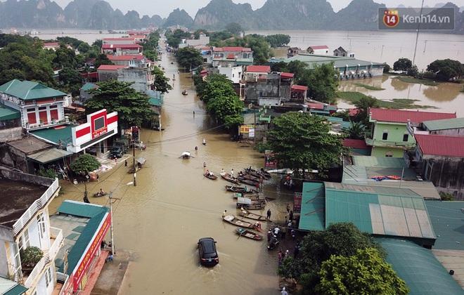 Chùm ảnh: Kiếm bộn tiền từ việc chèo đò qua điểm ngập nặng trong đợt lụt lịch sử tại Ninh Bình - ảnh 2