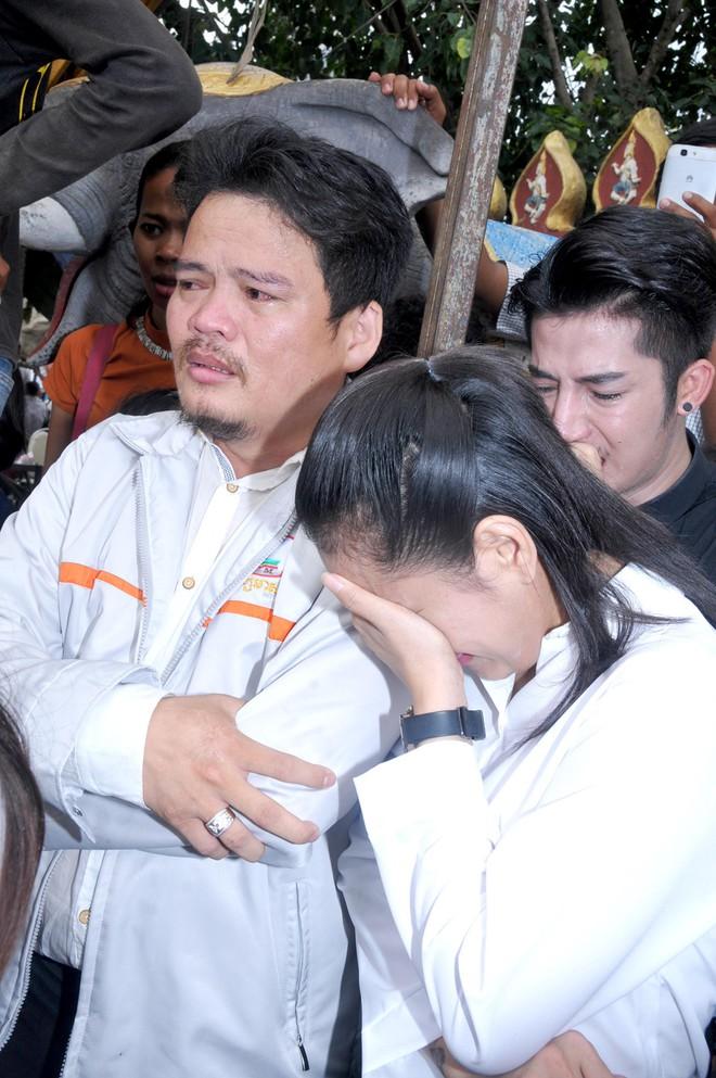 Đám tang Á quân The Voice Campuchia bị chồng bắn chết: Hai con thơ dại và bạn trai tin đồn đến đưa tiễn - Ảnh 10.