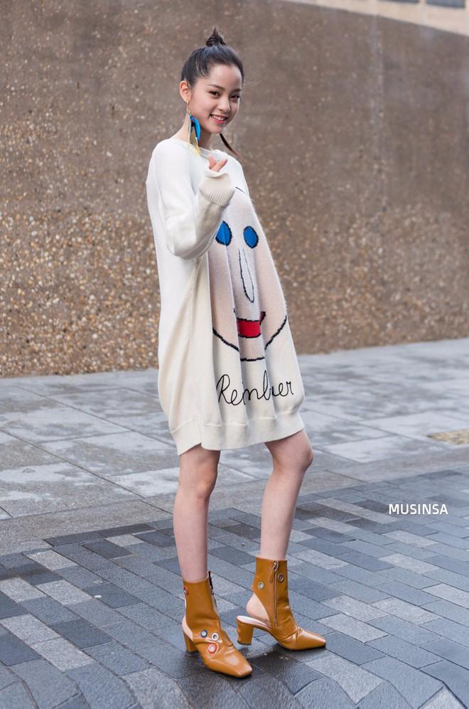 Ngắm street style màu mè nhưng chất lừ của giới trẻ Hàn, bạn sẽ học được chân kinh mặc đơn giản mà vẫn đẹp mê ly - Ảnh 2.