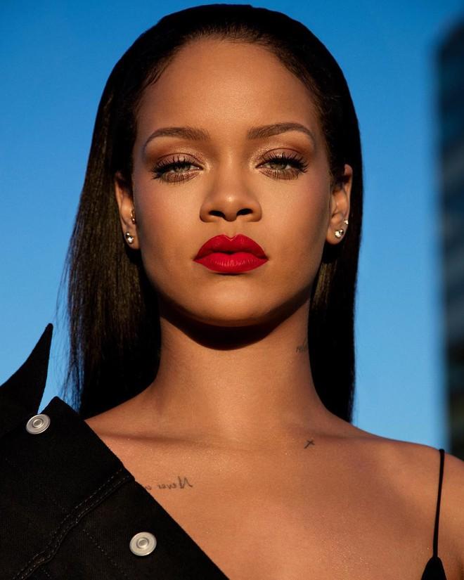 Rihanna chuẩn bị ra mắt màu son đỏ hợp với mọi tông da và quay hẳn clip dạy tô son xem là mê - Ảnh 2.