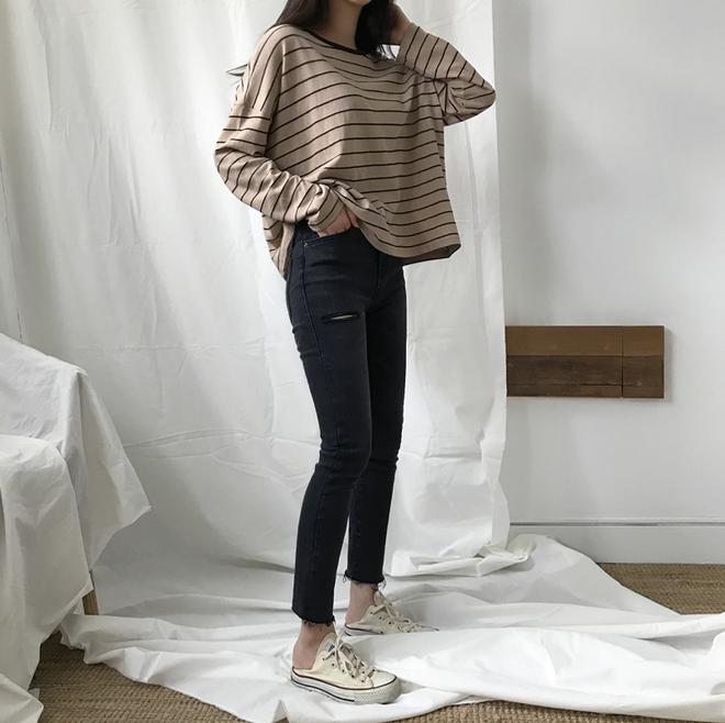 Áo kẻ ngang dài tay, item mặc thế nào cũng đẹp không thể thiếu trong tủ đồ thu của các nàng - Ảnh 20.