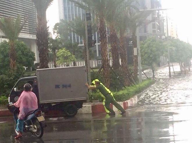 Hành động đẹp: Công an Hà Nội giúp tài xế đẩy chiếc xe tải bị chết máy trong trời mưa bão - Ảnh 3.