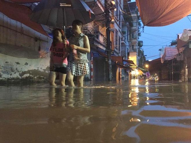 Chùm ảnh: Hà Nội ngập nặng sau cơn mưa chiều tối, đời sống người dân đảo lộn - Ảnh 11.