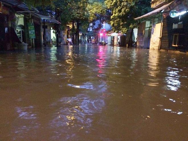 Chùm ảnh: Hà Nội ngập nặng sau cơn mưa chiều tối, đời sống người dân đảo lộn - Ảnh 1.