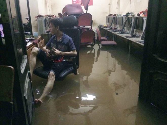 Chùm ảnh: Hà Nội ngập nặng sau cơn mưa chiều tối, đời sống người dân đảo lộn - Ảnh 7.