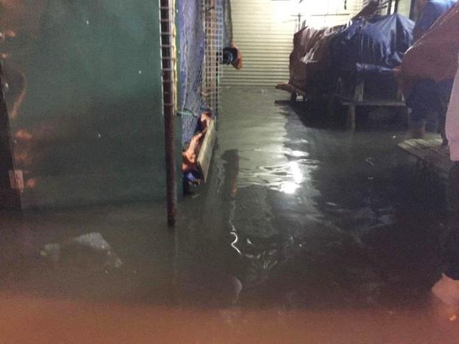 Chùm ảnh: Hà Nội ngập nặng sau cơn mưa chiều tối, đời sống người dân đảo lộn - Ảnh 8.