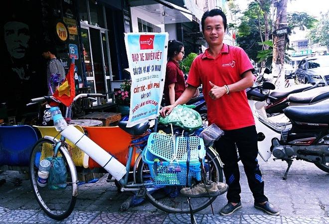 Chàng trai đạp xe xuyên Việt để cắt tóc miễn phí cho người nghèo trong suốt 1 năm - Ảnh 1.