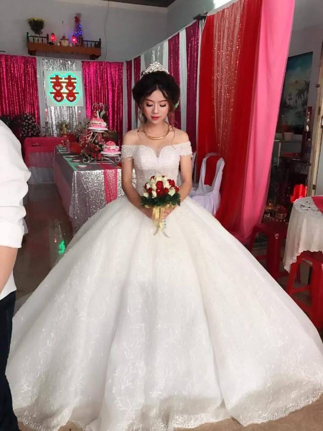 Cô dâu chất nhất trước đến nay: Mặc quần đùi đá bóng phía trong váy cưới và đi giầy thể thao - Ảnh 3.
