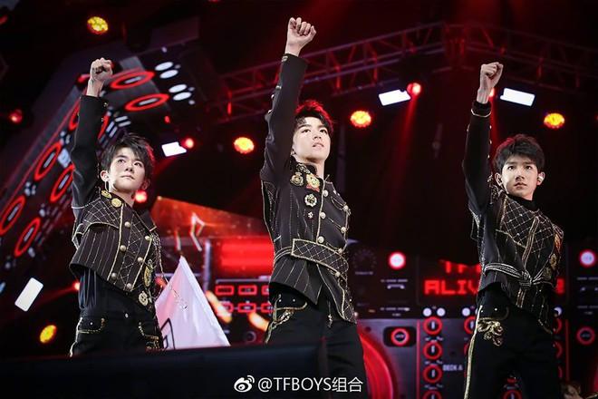 Trai đẹp tuổi teen TFBoys bùng nổ trong concert kỷ niệm 4 năm - Ảnh 1.