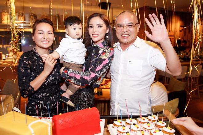 Diện cây hàng hiệu gần trăm triệu, Kỳ Duyên tươi hết cỡ đón tuổi mới bên gia đình và bạn thân