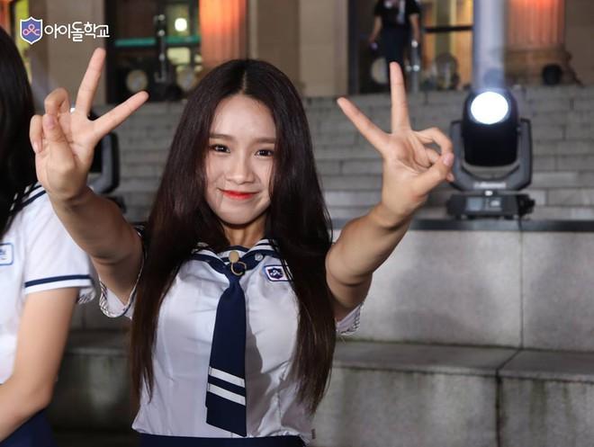Liên tục rớt hạng, fan lo sợ cô gái này sẽ có kết cục y chang hoàng tử lai của Produce 101 - Ảnh 1.