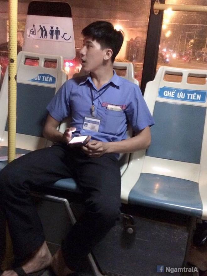 """Chuyến buýt số 122 An Sương - Tân Quy: Đẹp trai từ nhân viên bán vé đến bác tài, khách hàng """"crush"""" khi bước lên xe! - Ảnh 1."""