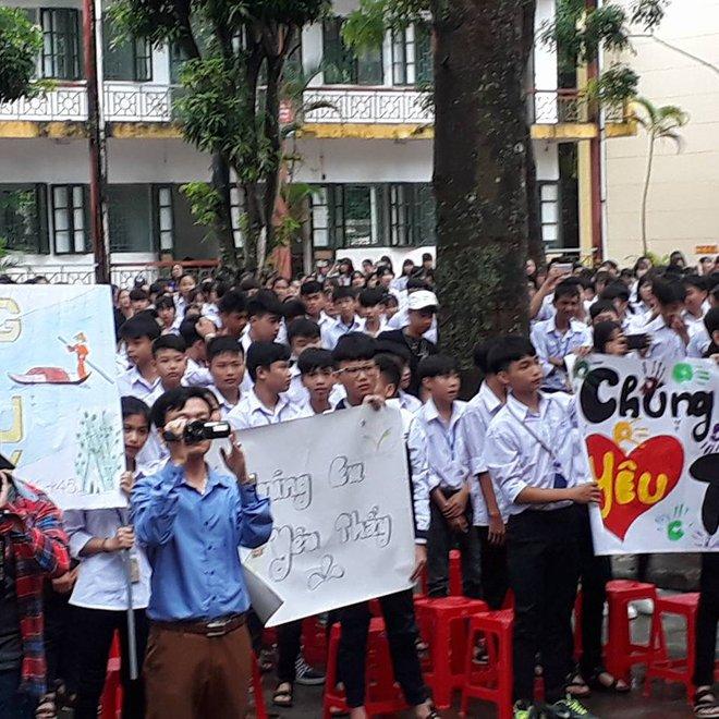 """Thêm 1 chuyện """"Sống tử tế được gì?"""": Thầy Hiệu trưởng chuyển công tác, hàng trăm HS ở Ninh Bình xếp hàng khóc - Ảnh 2."""