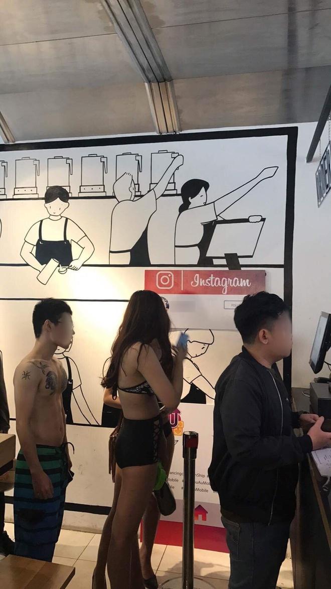 Sài Gòn: Bạn trẻ mặc bikini đến quán trà sữa để được giảm giá 100% - Ảnh 3.