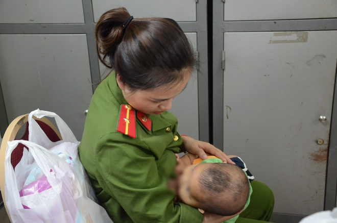 Nữ thiếu úy công an cho bé trai bị bỏ rơi bú sữa: Nếu có điều kiện tôi sẽ xin cháu về nuôi - Ảnh 3.