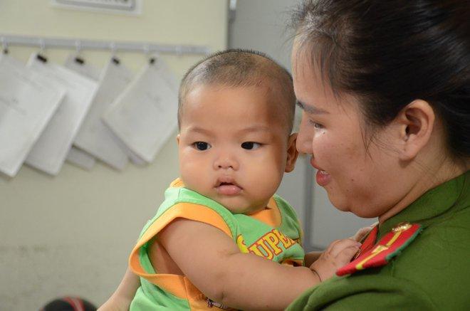 Nữ thiếu úy công an cho bé trai bị bỏ rơi bú sữa: Nếu có điều kiện tôi sẽ xin cháu về nuôi - Ảnh 2.