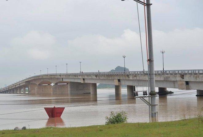 Chùm ảnh: Ninh Bình nhiều nơi nước ngập quá 2m, đường vào khu du lịch Bái Đính bị cô lập - Ảnh 1.
