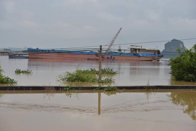 Chùm ảnh: Ninh Bình nhiều nơi nước ngập quá 2m, đường vào khu du lịch Bái Đính bị cô lập - Ảnh 3.