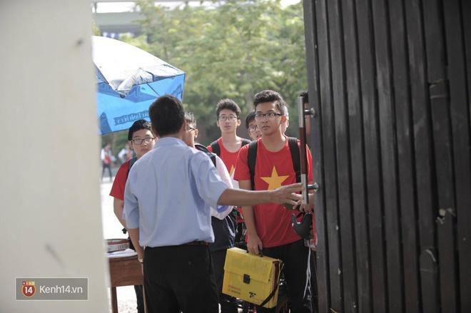 Sáng nay, trường Lương Thế Vinh không tổ chức chào cờ đầu tuần, nhiều giáo viên khóc khi biết tin thầy Cương qua đời - Ảnh 2.