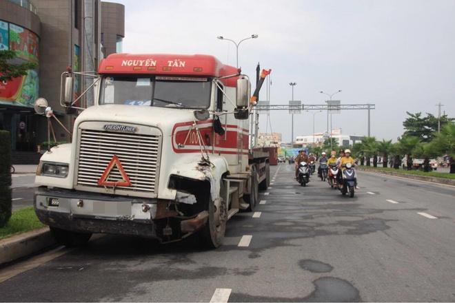 Đà Nẵng: Xe đầu kéo mất lái, thùng container văng xuống đường khiến nhiều người thót tim - Ảnh 1.