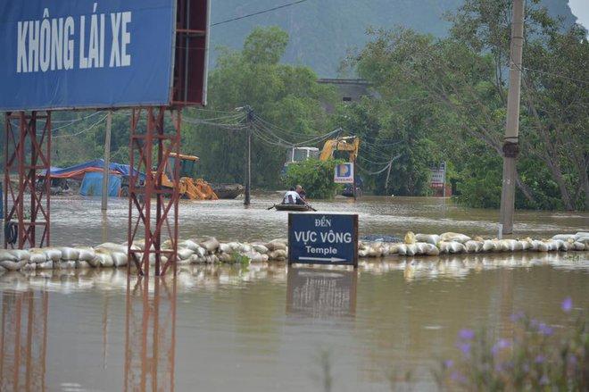 Chùm ảnh: Ninh Bình nhiều nơi nước ngập quá 2m, đường vào khu du lịch Bái Đính bị cô lập - Ảnh 7.