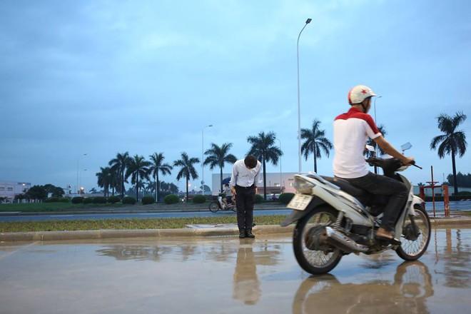 Hình ảnh được chia sẻ nhiều nhất hôm nay: Ông chủ người Nhật đội mưa, cúi gập người chào khách vào đổ xăng ở Hà Nội - Ảnh 5.