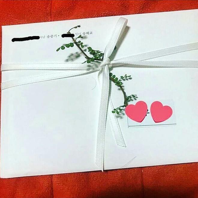Lộ hình thiệp cưới của cặp đôi quyền lực Song Joong Ki và Song Hye Kyo: Không như mong đợi? - ảnh 1