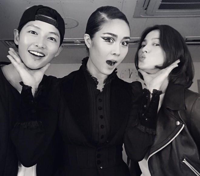 Cặp đôi vàng Song Joong Ki và Song Hye Kyo cùng loạt sao hạng A rạng rỡ đến ủng hộ nữ ca sĩ quyền lực - Ảnh 1.