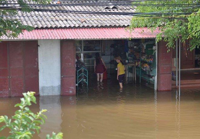Chùm ảnh: Ninh Bình nhiều nơi nước ngập quá 2m, đường vào khu du lịch Bái Đính bị cô lập - Ảnh 15.