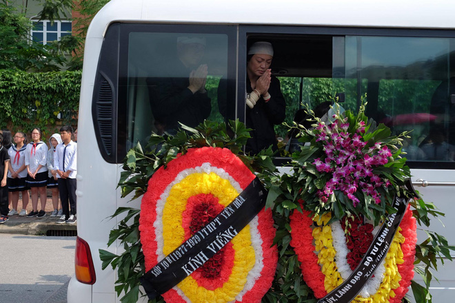 Hàng nghìn học sinh Lương Thế Vinh đứng hai bên đường tiễn đưa đoàn xe chở linh cữu thầy Văn Như Cương về nơi an nghỉ cuối cùng - Ảnh 41.