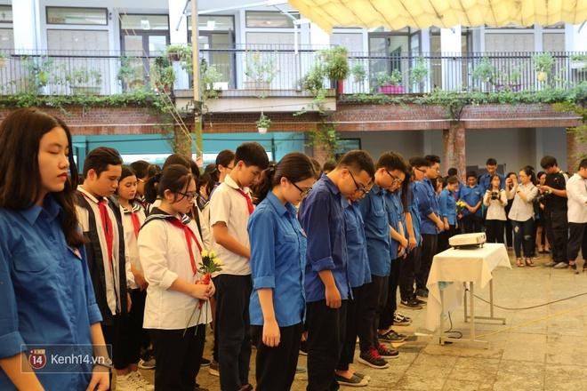 Cựu HS vừa khóc vừa hát Bài học đầu tiên tiễn biệt thầy Văn Như Cương - Ảnh 7.