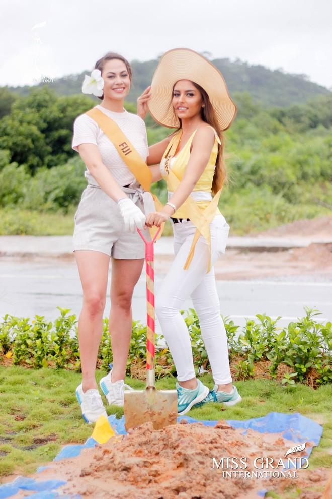 Thí sinh Miss Grand International 2017 duyên dáng trong tà áo bà ba vãn cảnh chùa - Ảnh 9.