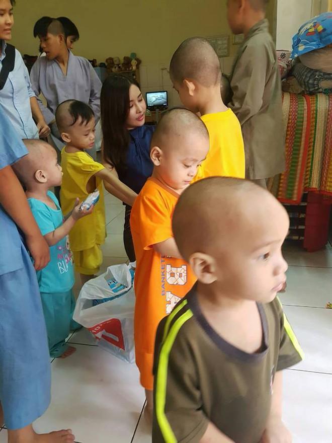 Tân Hoa hậu Đại dương ăn mặc giản dị đến trao quà cho trẻ em cơ nhỡ - Ảnh 2.