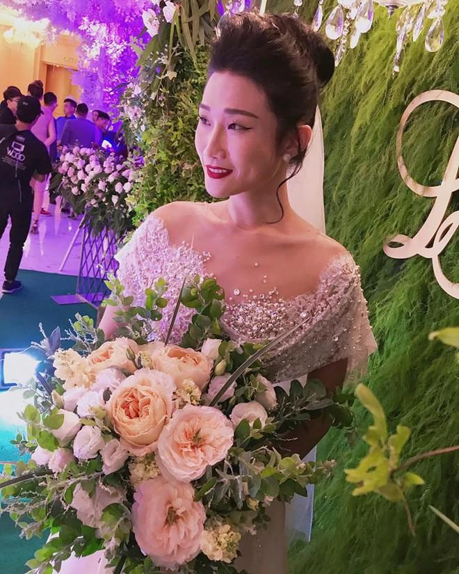 Vợ chồng Lê Thúy cùng Xuân Lan rạng rỡ tham dự đám cưới của Kha Mỹ Vân và chồng Tây - Ảnh 1.