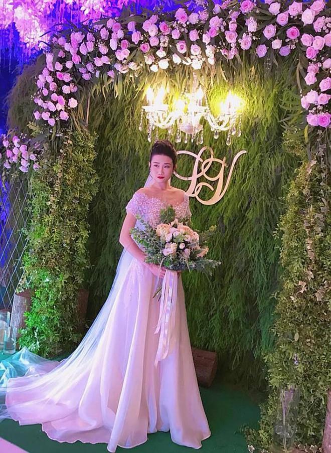 Vợ chồng Lê Thúy cùng Xuân Lan rạng rỡ tham dự đám cưới của Kha Mỹ Vân và chồng Tây - Ảnh 2.