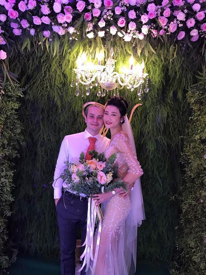 Vợ chồng Lê Thúy cùng Xuân Lan rạng rỡ tham dự đám cưới của Kha Mỹ Vân và chồng Tây - Ảnh 3.
