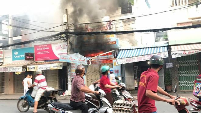 Dùng xe tải tông sập cửa nhà đang cháy để cứu người ở Sài Gòn - Ảnh 2.