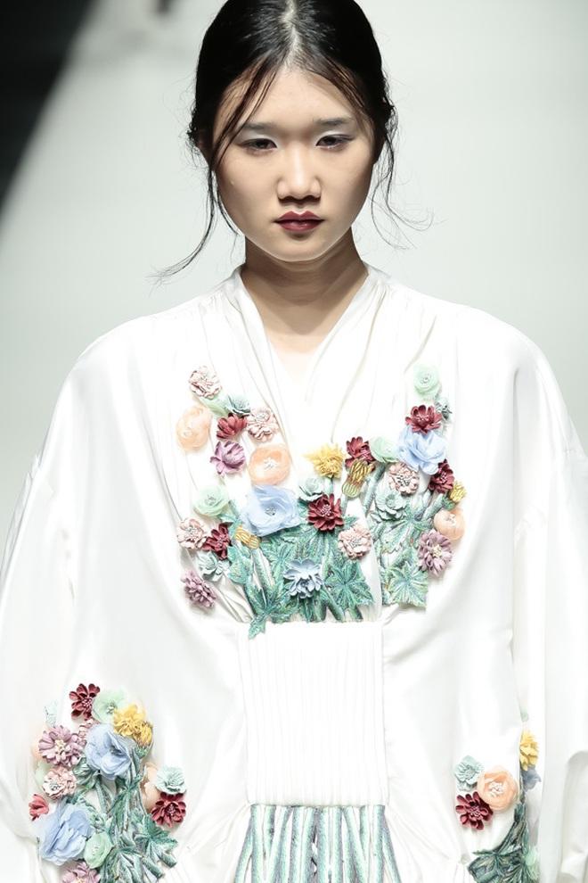 """BST mới của NTK Công Trí tại Tokyo Fashion Week: Trước cái đẹp, bạn chỉ còn biết """"Wow"""" lên một tiếng!!! - Ảnh 27."""
