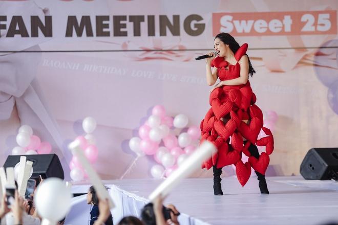 Mặc trưa nắng nóng, người hâm mộ vẫn vây kín sân khấu cổ vũ Bảo Anh nhiệt tình tại fan meeting - ảnh 12