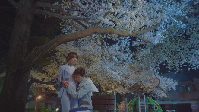"""Hết """"vỗ mông xã giao"""", Park Seo Joon bất ngờ ôm ghì Kim Ji Won vào lòng - Ảnh 4."""
